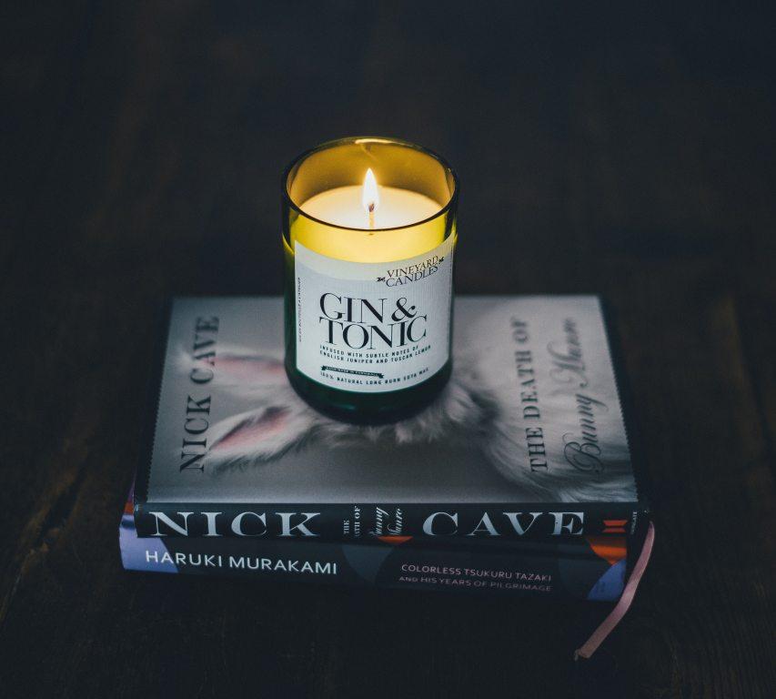 lumanari parfumate pentru aromaterapie intr-un ambient confortabil